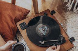 Que tal parar tudo e ouvir uma música?