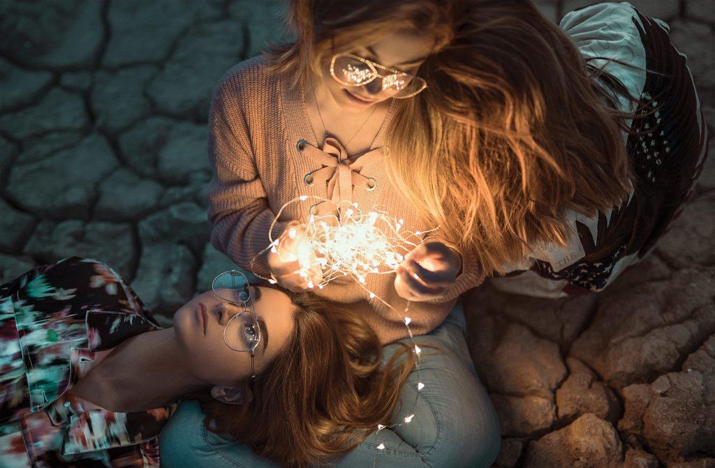 high angle photo of two women with string lights 2737022 1024x671 - Feliz vida nova, que venha 2020!